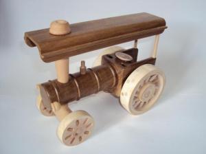 Tracteur en bois de noyer